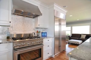 white-kitchen-cabinets-with-stainless-steel-appliances-g1f7qw5e